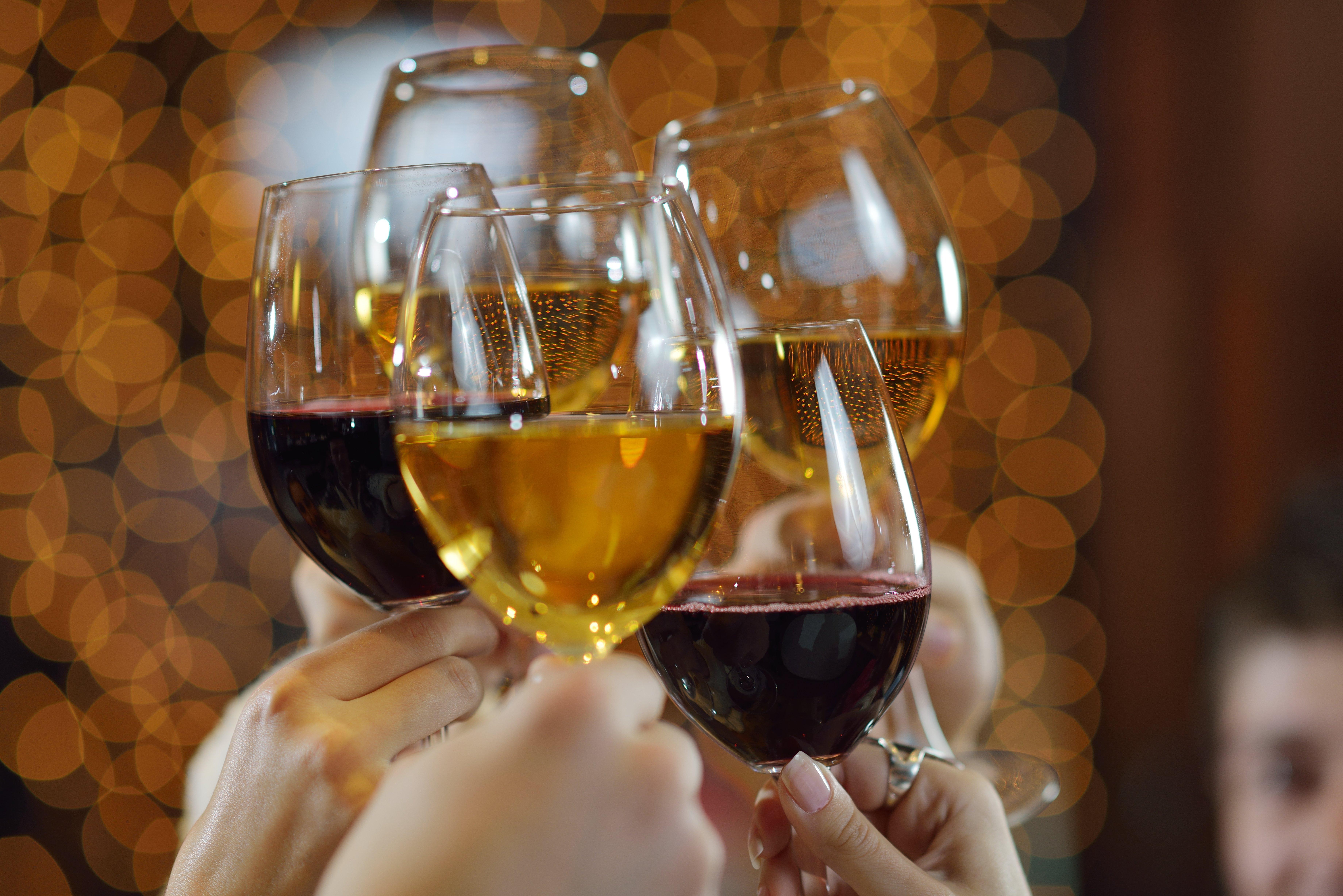 Картинки бокалы с вином чокаются, днем рождения